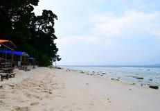 Koel en Afgezonderd Steenachtig Strand met Kustbos - Laxmanpur, Neil Island, Andaman Nicobar, India royalty-vrije stock afbeeldingen