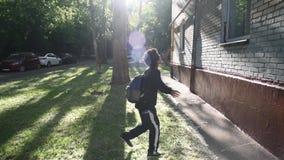 Koel het gemengde jongen lopen buiten zijn huis na school stock footage