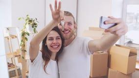 Koel jong Kaukasisch paar die selfie in hun nieuwe vlakte in slowmotion maken Concept het nieuwe bedelen en liefde stock footage