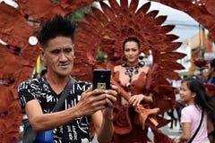 Koel mannetje die hipster smartphone selfie met mooie vrolijke straatdanser nemen Royalty-vrije Stock Afbeeldingen