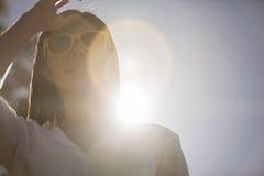 Koel meisje die van een zonnige dag genieten Royalty-vrije Stock Afbeeldingen