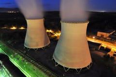 Koel torens van een elektrische centrale Stock Foto's