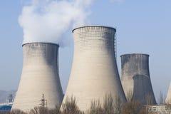 Koel torens van een elektrische centrale Stock Fotografie