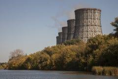 Koel torens van kernelektrische centrale royalty-vrije stock afbeeldingen