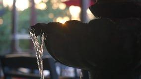 Koel verfrissende fontein in de stad, nevel in langzame motie met de zomerglans van de zon Langzame Motie 1920x1080 stock video