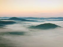 Koele dalingsatmosfeer in platteland Koude en vochtige de herfstochtend, beweegt de mist zich in vallei tussen donkere bosheuvels Stock Afbeeldingen