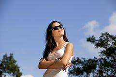 Koele donkerbruine tiener met zonnebril Stock Afbeeldingen