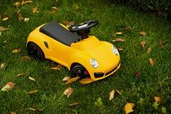 Koele gele stuk speelgoed auto voor peuter royalty-vrije stock fotografie