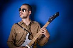 Koele gitaarspeler stock afbeeldingen