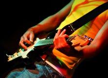 Koele gitarist in rotsoverleg Royalty-vrije Stock Afbeeldingen