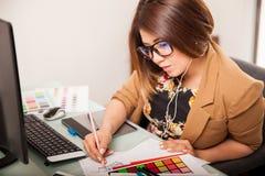 Koele grafische ontwerper op het werk Stock Foto