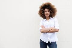Koele jonge Afrikaanse Amerikaanse vrouw met krullend haar stock afbeeldingen