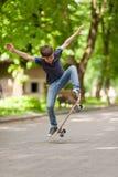 Koele jonge jongen in Ollie-positie in het park royalty-vrije stock afbeelding