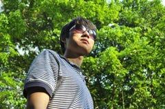 Koele jonge mens in de zomer Stock Afbeelding