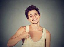 Koele jonge mens die duim tonen royalty-vrije stock foto's