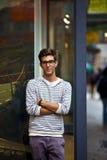 Koele jonge mens voor het stedelijke plaatsen Stock Foto's