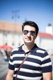Koele jonge reiziger met zonnebril Royalty-vrije Stock Foto's