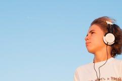 Koele Jongen die aan Muziek luisteren Royalty-vrije Stock Afbeeldingen