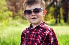 Koele jongen die zonnebril dragen Stock Fotografie