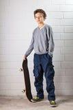 Koele Jongen en zijn skateboard Royalty-vrije Stock Foto