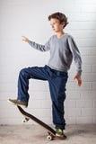 Koele Jongen op zijn skateboard Royalty-vrije Stock Foto