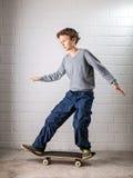 Koele Jongen op zijn skateboard Stock Foto