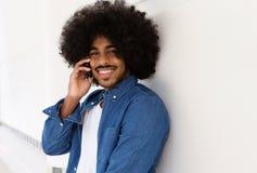 Koele kerel die met afro mobiele telefoon met behulp van Royalty-vrije Stock Afbeeldingen