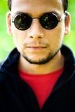 Koele kerel die zonnebril draagt Stock Foto's