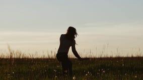 Koele kerel met een naakte torsotreinen met een mes op het gebied tegen de zonsondergang Mooi cinematic kader stock videobeelden