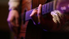 Koele kerel met hoed het spelen gitaar op stadium stock videobeelden