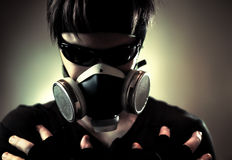 Koele mens in beschermend masker Stock Afbeeldingen
