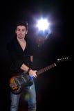 Koele mens met elektrische gitaar Stock Foto