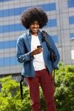 Koele reiskerel die met mobiele telefoon lopen Stock Foto