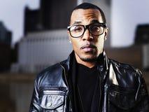 Koele stedelijke Afrikaanse Amerikaanse mens die glazen dragen Royalty-vrije Stock Afbeelding