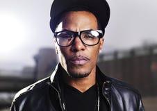 Koele stedelijke Afrikaanse Amerikaanse mens die glazen dragen Stock Foto's