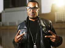 Koele stedelijke Afrikaanse Amerikaanse mens met glazen Stock Fotografie