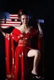 Koele vrouw die rode kimono dragen stock afbeeldingen