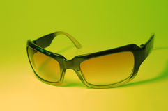 Koele Zonnebril op Groen Royalty-vrije Stock Foto