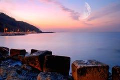 Koele zonsondergang over de oceaan Stock Foto's
