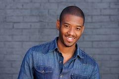 Koele zwarte kerel die met blauw overhemd glimlachen Royalty-vrije Stock Fotografie