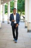 Koele zwarte kerel die met mobiele telefoon lopen Royalty-vrije Stock Foto's