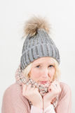 Koelende Dame in Sjaal en Pom Winter Beanie Copy Space royalty-vrije stock fotografie