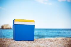 Koelere doos op het zandstrand royalty-vrije stock foto