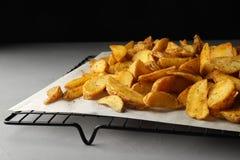 Koelrek met heerlijke ovenaardappelen in de schil op lijst stock afbeelding