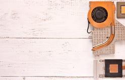 Koelsysteem van computerbewerker op witte houten achtergrond Heatpipe en radiator, microprocessor Stock Foto