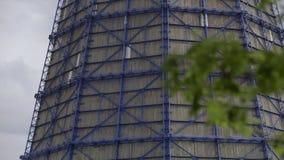 Koeltoren die stoom, met een blauwe hemelachtergrond uitzenden stock videobeelden