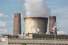 Koeltoren en schoorsteen met kolen gestookte elektrische centrale in Duitsland stock foto