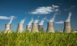 Koeltoren van een kernenergieinstallatie Stock Afbeelding