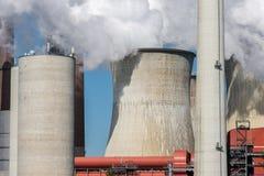 Koeltorens en schoorstenen met kolen gestookte elektrische centrale in Duitsland stock afbeelding