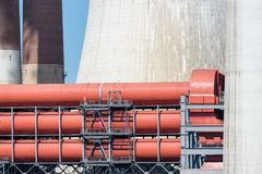 Koeltorens en schoorstenen met kolen gestookte elektrische centrale in Duitsland stock fotografie